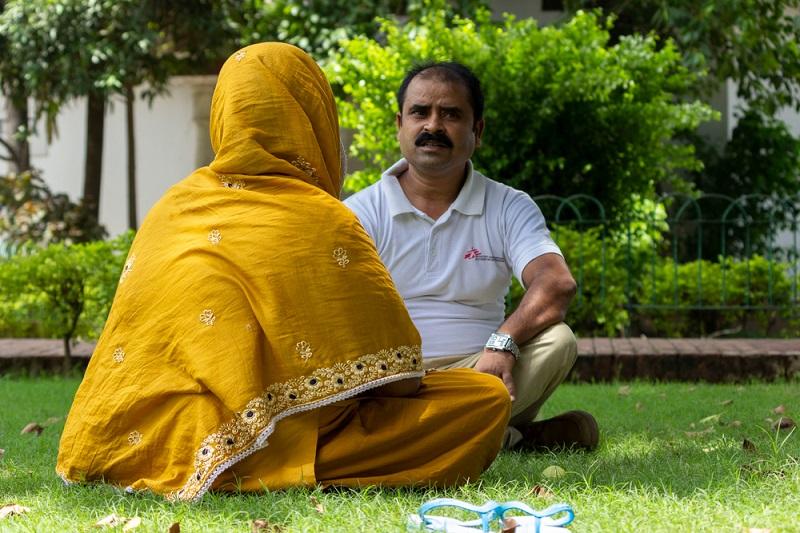 MSF Health Promoter Chhavi Kumar giving counselling to Zoya. Photo: Vaishnavi Singh/MSF